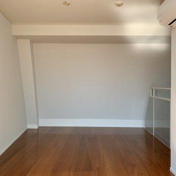【上階】反対側。ダブルベッドがゆとりを持って置けるくらいの広さ。