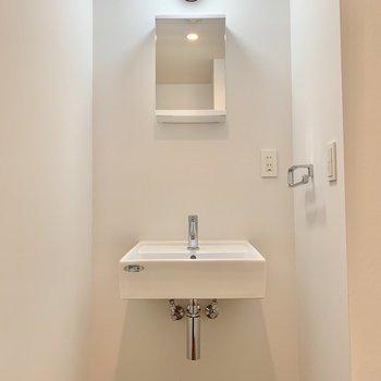 【下階】シンプルな洗面台。鏡後ろには歯ブラシなどが仕舞えます。