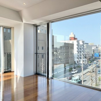 【下階】景色が飛び込んで来る大きな窓。