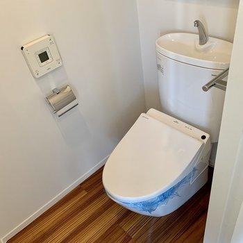 【下階】トイレは個室。上部には予備のトイレットペーパーが仕舞える棚も。