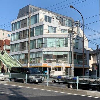 大通りに面していますよ。下の階には歯医者さんと保育園が入っています。