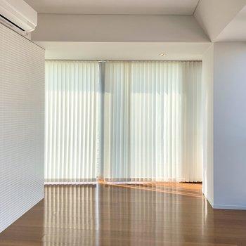 【下階】眩しい時はブラインドカーテンを閉めて。