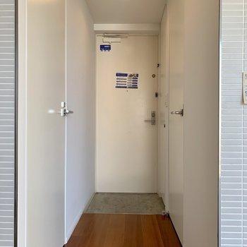 【下階】玄関は段差が少なめ。ペットも躓かず安心。