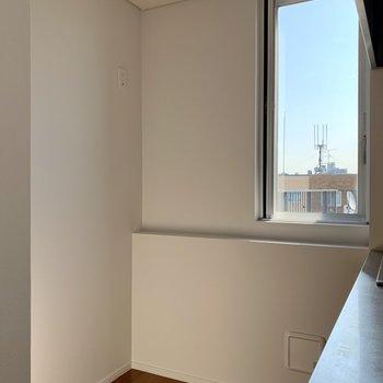 【上階】冷蔵庫はキッチン後ろに。