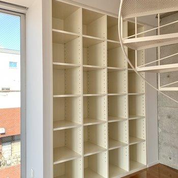 【下階】棚には本やCDをズラッと並べたい。