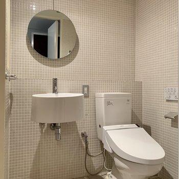 トイレと洗面台は隣り合っています。まあるい鏡が可愛らしい。