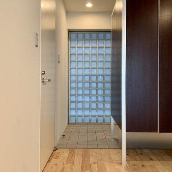 玄関は段差がありませんよ。ガラスブロックが綺麗。