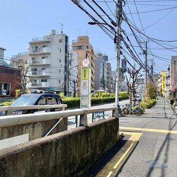 お部屋の近くにはバス停が。渋谷駅に向かえます。