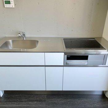 【LDK8.3帖】IH三口コンロの機能的なキッチンです。