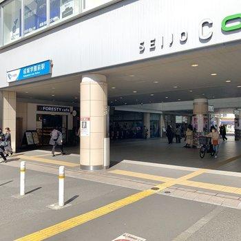 最寄り駅は〈成城学園前〉。急行停車駅です。