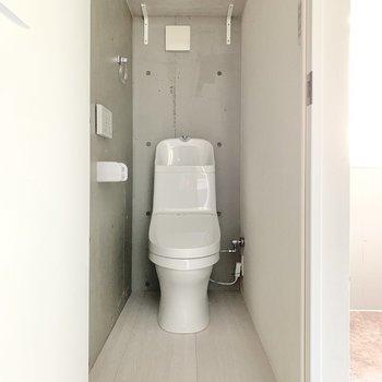 玄関脇に棚付きのトイレがあります。※写真は同間取り別部屋のものです