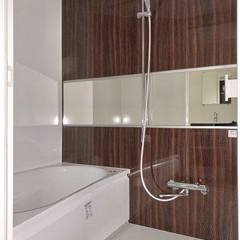 浴室はワイドな鏡付き。浴槽の前に鏡があるのは便利ですよね。※写真は同間取り別部屋のものです