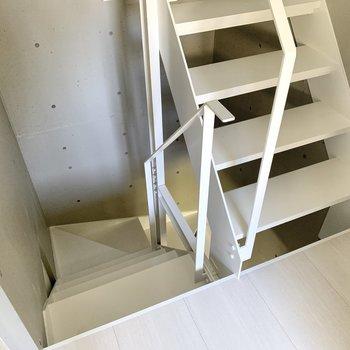 階段を下りて地下の洋室へ。※写真は同間取り別部屋のものです