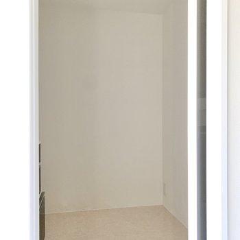 1階に洗面室があります。電源もあり、利便性も高そうです。