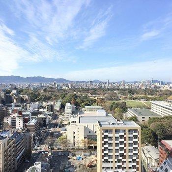 窓からは大濠公園、福岡タワーが見えます。(※写真は20階の別部屋からのものです)