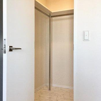 扉の奥はWICになっています。洋服はこちらに。(※写真は20階の同間取り、モデルルームのものです)