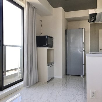 キッチン後ろもゆったりしています。料理中の動線もしっかり確保されますね。(※写真は20階の同間取り、モデルルームのものです)