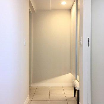 玄関もゆったりサイズだー!清潔感がありますね。(※写真は20階の同間取り、モデルルームのものです)