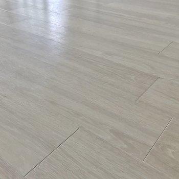 ナチュラルな木目の床に張り替えられています。