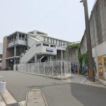 最寄りの三苫駅。近隣中学校の生徒さんの絵が並んでいて温かい雰囲気です。