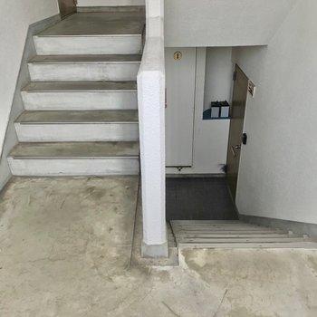この階段をのぼって2階まで。家具の搬入は問題なさそうです!