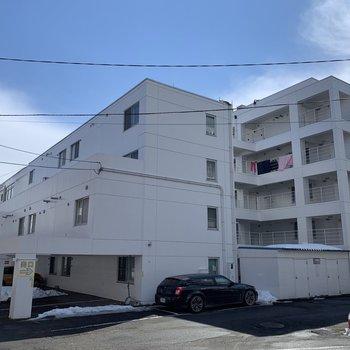 白ベースの立派なマンション