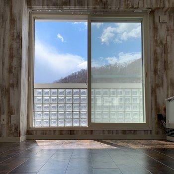 窓いっぱいの青空。