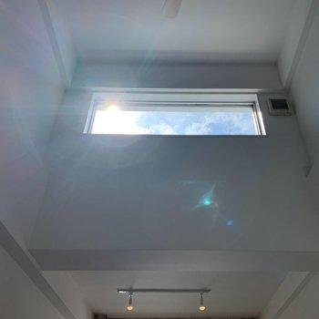 お部屋の吹き抜け部分。 天窓からの青空、最高〜!!