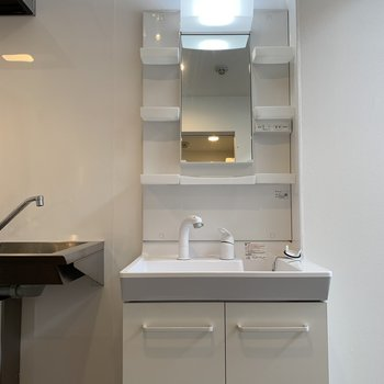 棚付きの洗面台。 ん?キッチン横、、?