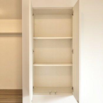 窓の横には本や小物を収納しておける棚があります。※写真は2階の同間取り別部屋のものです