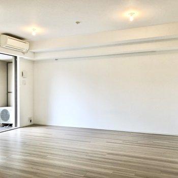 スッキリとした壁にはピクチャーレールがあります。※写真は2階の同間取り別部屋のものです