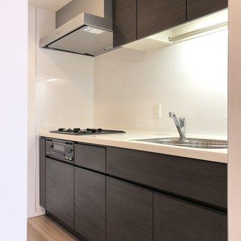 キッチン周りはゆったりしているので、背面にはラックや冷蔵庫も置けそうです。※写真は2階の同間取り別部屋のものです