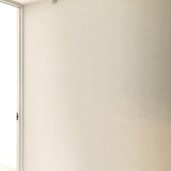 玄関スペースにもピクチャーレールがあります。※写真は2階の同間取り別部屋のものです