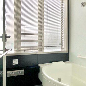 大きな窓がある明るいバスルームです。※写真は2階の同間取り別部屋のものです