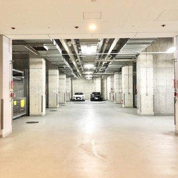 セキュリティもしっかりしている屋内駐車場があります。