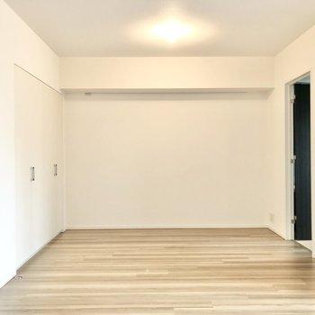 反対側にもピクチャーレールが。アートを飾ったりインテリアに活用できそう。※写真は2階の同間取り別部屋のものです