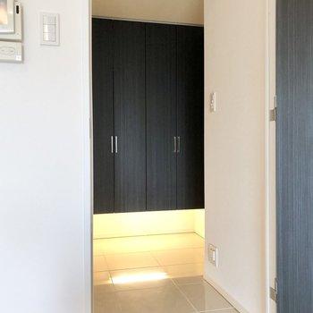 玄関土間は居室のドアまで続いています。※写真は2階の同間取り別部屋のものです