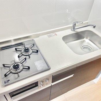 キッチンはグリル付きガス2口コンロです。※写真は3階の反転間取り別部屋のものです