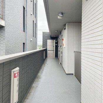 共用廊下は広々、屋根付きなので雨の日も安心。
