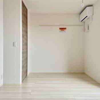 ピクチャーレールには好きなものを飾りましょう。※写真は3階の反転間取り別部屋のものです