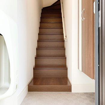 玄関を開けるとすぐに階段があります。