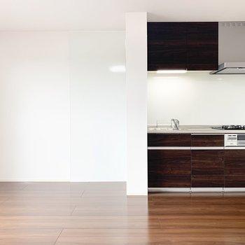 【LDK】キッチンのお隣に冷蔵庫を置くことができます。