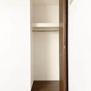 【洋室】洋室には収納が3つもあるんです。ここには、使用頻度の低いものを入れると良さそう。