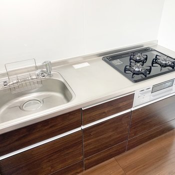 【LDK】キッチンは3口コンロ!シンクも大きめで料理が捗ります。