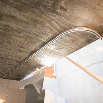 【ガレージ】トイレの上にもカーテンレールが付いています。
