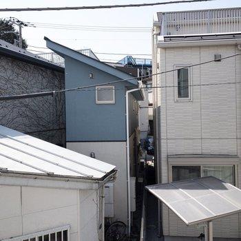 南西側の眺望です。お隣の建物が見えます。