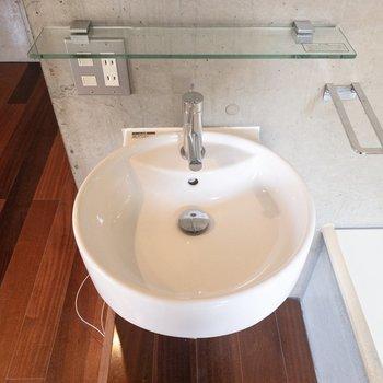 洗面台にはガラスの棚がついていて歯ブラシなどを置けます。