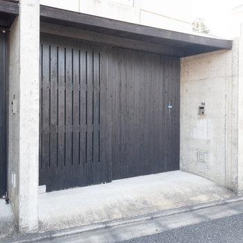 この扉が玄関になります。