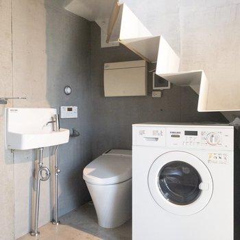 【ガレージ】トイレと洗濯機置き場は1階にあります。