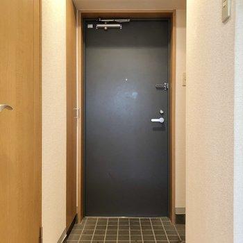 重厚感のある扉。シックな玄関です(※写真は清掃前です)